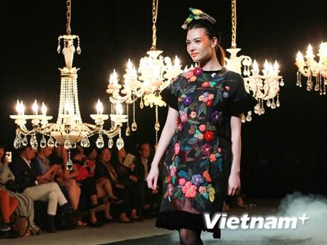 [Photo] Ngắm thổ cẩm Hà Giang rực rỡ trên sàn diễn Haute Couture
