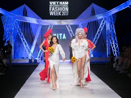 Vanity Fair: Những quý cô gợi cảm và kiêu kỳ trên sàn diễn thời trang