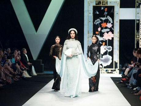 [Photo] Ngọc Trinh nền nã áo dài tái hiện hình ảnh nàng dâu phong kiến