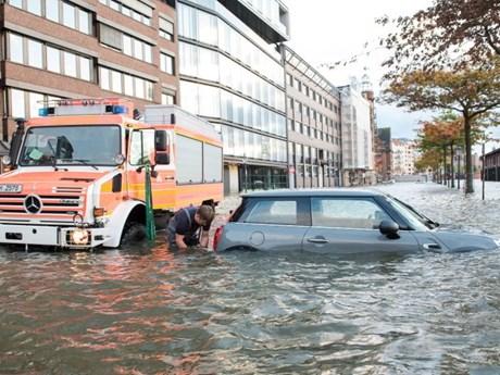 [Photo] Bão mạnh tàn phá nước Đức, giao thông công cộng tê liệt