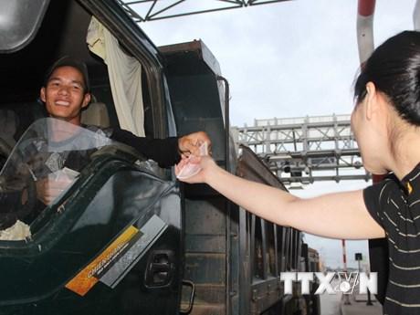 [Photo] Lái xe tải dùng tiền lẻ để mua vé qua trạm BOT ở Bình Định