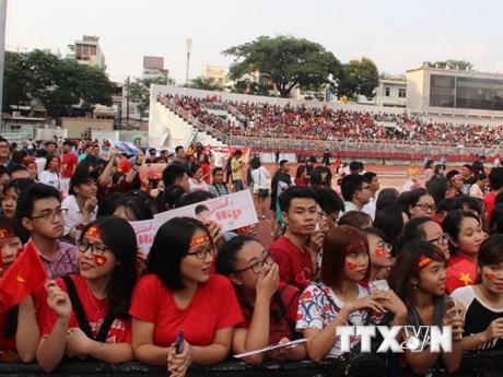Giao lưu với U23 Việt Nam, người hâm mộ 'nhuộm đỏ' sân Thống Nhất