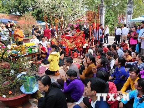 [Photo] Hàng nghìn du khách đến Đền Trần trước giờ khai ấn