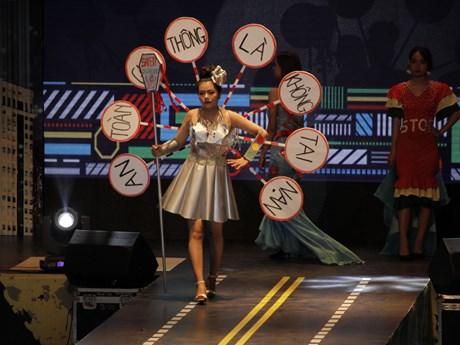 [Photo] Ngắm các thiết kế thời trang về chủ đề an toàn giao thông