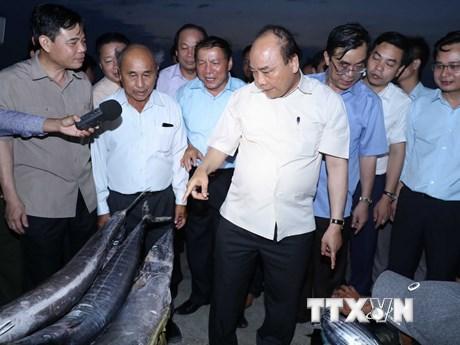 Hình ảnh Thủ tướng thị sát đời sống nhân dân sau sự cố môi trường biển