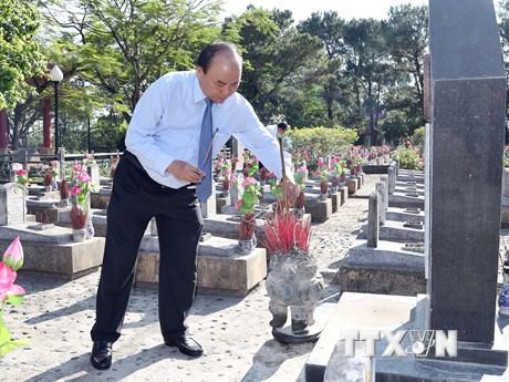 Hình ảnh Thủ tướng dâng hương tại Nghĩa trang Liệt sỹ Trường Sơn