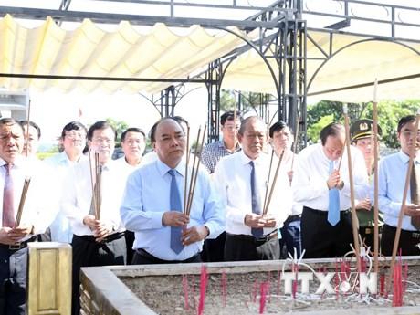 Hình ảnh Thủ tướng dâng hương tại Nghĩa trang liệt sỹ Đường 9