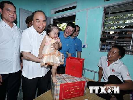 Thủ tướng về Hà Nam thăm một khu nhà trọ của công nhân