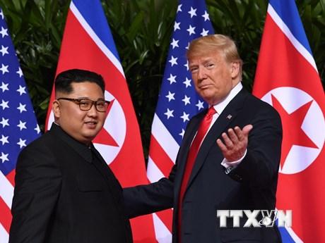 Hình ảnh bắt tay thắm thiết giữa ông Donald Trump và ông Kim Jong-un