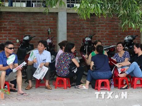 [Photo] Phụ huynh thấp thỏm chờ con bên ngoài điểm thi THPT quốc gia