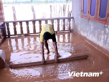 [Photo] Lào hỗ trợ người dân bị ảnh hưởng do vỡ đập thủy điện