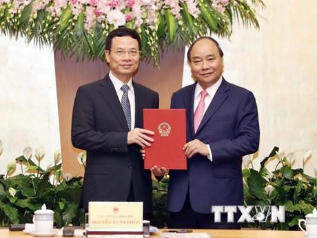 [Photo] Ông Nguyễn Mạnh Hùng nhận quyết định quyền Bộ trưởng