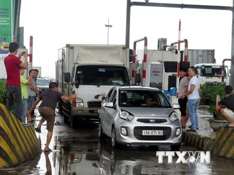 """[Photo] Tài xế liên tục dừng xe phản đối, BOT Mỹ Lộc """"thất thủ"""""""