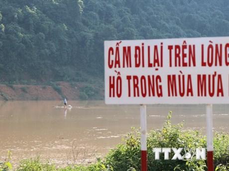 Người dân chủ quan di chuyển trên hồ thủy điện trong mùa mưa lũ