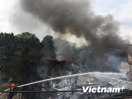 Hiện trường vụ cháy kinh hoàng thiêu rụi 300m2 xưởng nhựa ở Triều Khúc