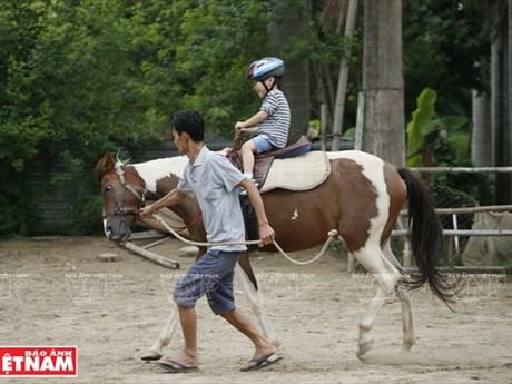 [Photo] Cưỡi ngựa để trị liệu cho trẻ khuyết tật, mắc chứng tự kỷ