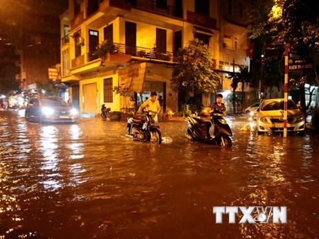 Hình ảnh nhiều tuyến phố ở Hà Nội ''thất thủ'' sau trận mưa lớn