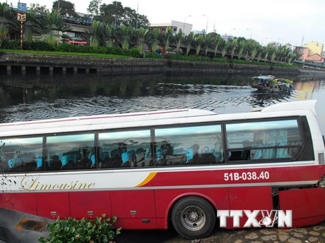 Hiện trường vụ xe khách mất lái đâm xuống kênh tại TPHCM