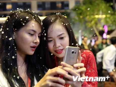 Hình ảnh người dân Đà Nẵng thích thú chơi dưới mưa tuyết