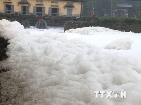 """Cận cảnh """"dòng sông tuyết"""" ô nhiễm bốc mùi hôi thối ở Hà Nam"""