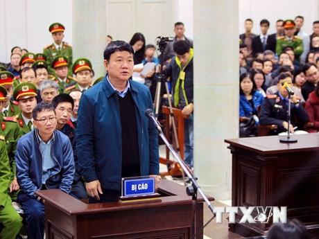 Hình ảnh ông Đinh La Thăng và các đồng phạm bị dẫn giải ra tòa