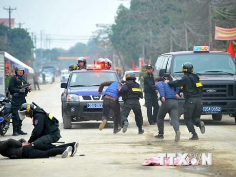 Cảnh sát cơ động trấn áp các đối tượng quá khích nơi công cộng