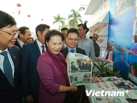 Chủ tịch Quốc hội thăm gian trưng bày của TTXVN tại Hội báo toàn quốc