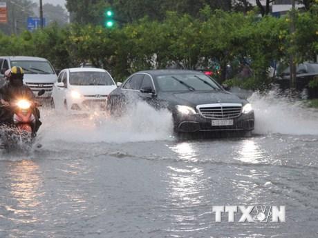 Hình ảnh người dân lại chật vật lội nước sau cơn mưa lớn ở TPHCM