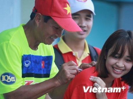 Bận rộn với đội nữ, HLV Mai Đức Chung vắng mặt ở tuyển nam