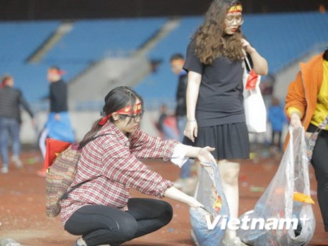 CĐV ở lại nhặt rác sau thất bại của U23 Việt Nam tại Mỹ Đình