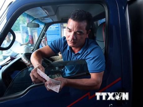 Tài xế mang tiền lẻ trả phí qua trạm thu phí BOT số 1 Quốc lộ 5