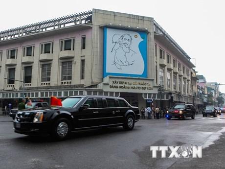 Đoàn xe của Tổng thống Donald Trump lăn bánh trên đường phố Hà Nội