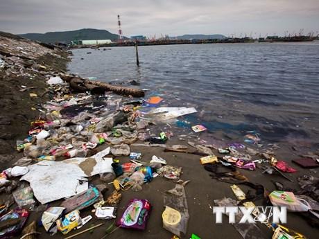 [Photo] Thanh Hóa: Rác và chất thải bủa vây dọc bờ biển xã Hải Hà