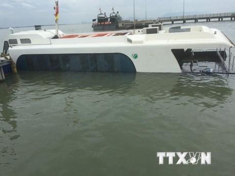 [Photo] Trục vớt tàu cao tốc gặp sự cố bị chìm tại Cần Giờ