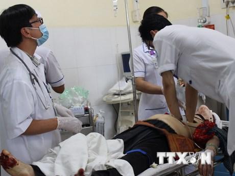 [Photo] Cấp cứu nạn nhân vụ lật xe nghiêm trọng trên đèo Khánh Lê