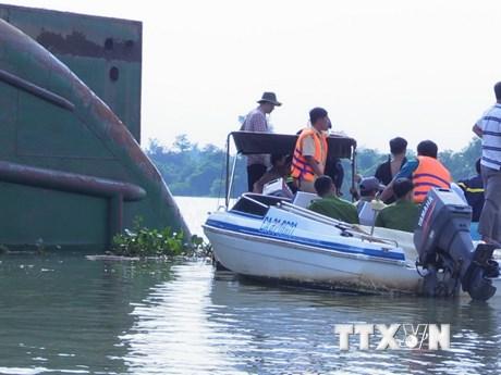 Hiện trường tìm kiếm nạn nhân vụ lật sà lan trên sông Đồng Nai