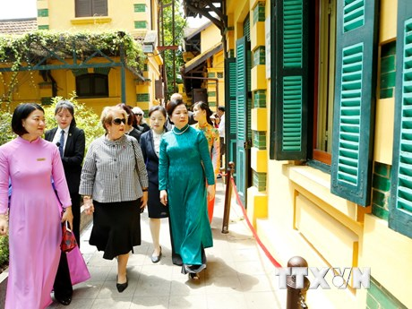Phu nhân Toàn quyền Australia thăm Khu di tích Chủ tịch Hồ Chí Minh