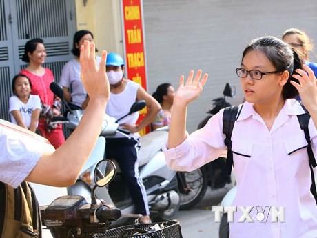 Hình ảnh thí sinh, phụ huynh Hà Nội căng thẳng trước giờ thi