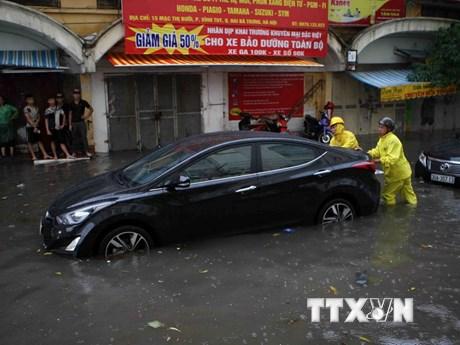 Hình ảnh đường phố Hà Nội biến thành sông trong cơn mưa lớn