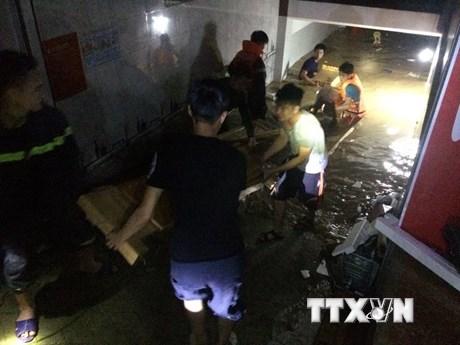 Trắng đêm di dời dân ra khỏi vùng ngập lụt nặng tại Nghệ An