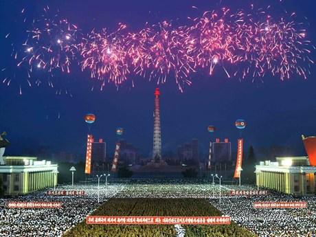 Triều Tiên bắn pháo hoa, nhảy múa mừng vụ phóng tên lửa đạn đạo