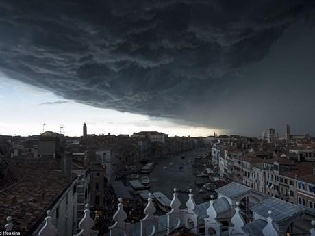 """[Photo] """"Đám mây ngày tận thế"""" bao trùm thành phố xinh đẹp Venice"""