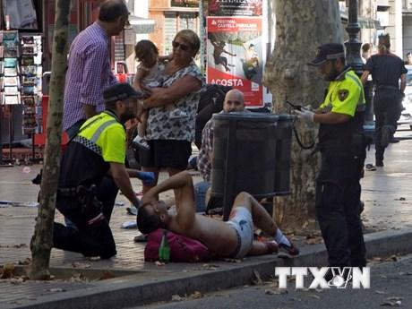 """[Photo] Hiện trường vụ """"xe tải điên"""" lao vào đám đông ở Barcelona"""