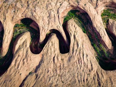 Ảnh đẹp trong tuần: Núi đá sa thạch uốn lượn, lễ hội sắc màu Ấn Độ