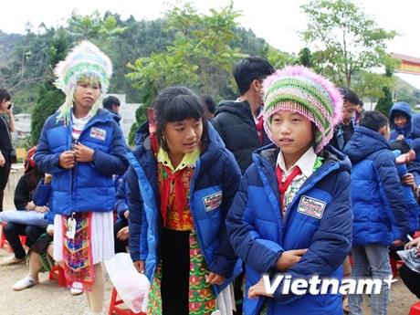 [Photo] Những món quà sưởi ấm học sinh nghèo Cao nguyên đá Đồng Văn