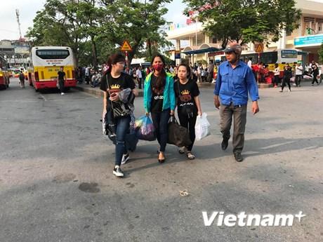 """[Photo] Hành khách """"mệt nhoài"""" về thủ đô, nhiều tuyến đường ùn tắc"""