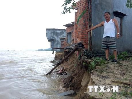 """[Photo] Lũ """"nuốt chửng"""" nhiều căn nhà ven sông ở Quảng Ngãi"""
