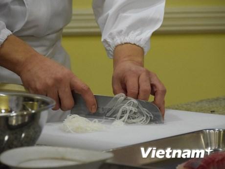 Chiêm ngưỡng kỹ năng chế biến sashimi điêu luyện của đầu bếp Nhật