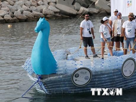 [Photo] Độc đáo con thuyền được làm từ hơn 20.000 chai nhựa
