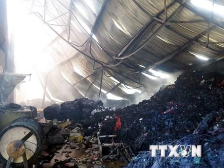 [Photo] Hiện trường kho hàng 1.000m2 bị lửa thiêu rụi ở Nam Định